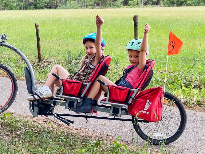 Kan een kinder-aanhangfiets achter een E-bike?